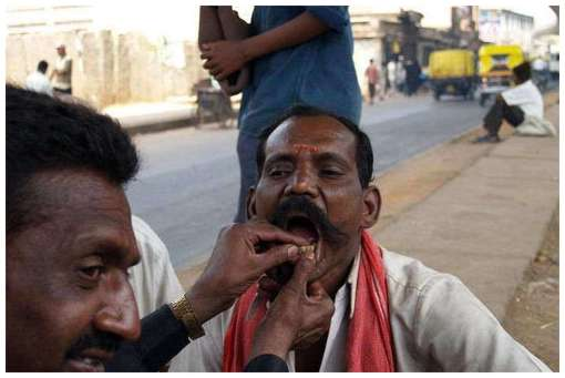 Street-Dentists-In-India-and-China-3