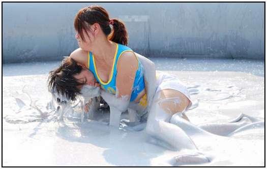 2010-Bikini-Beauty-Contest-of-Mud-Fight-15