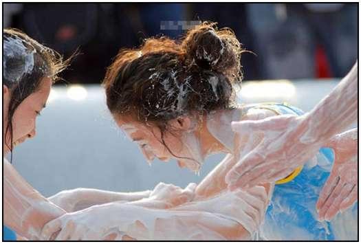 2010-Bikini-Beauty-Contest-of-Mud-Fight-19